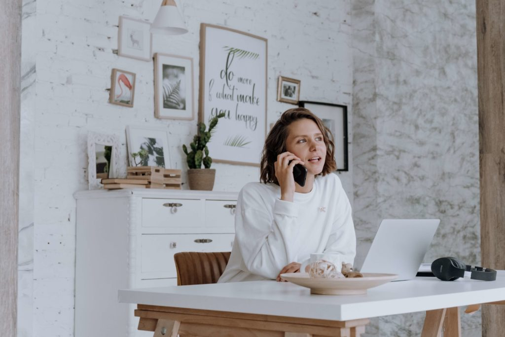 virtual assistant on phone with client